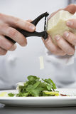 Ensalada masculina de Grating Cheese Over del cocinero imagen de archivo
