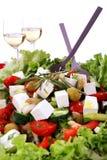 Ensalada mediteranian fresca con dos vidrios de vino Imagen de archivo
