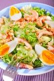 Ensalada mediterránea con los camarones y los huevos Foto de archivo