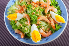 Ensalada mediterránea con los camarones y los huevos Foto de archivo libre de regalías