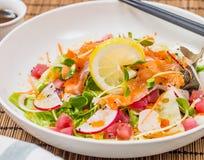 Ensalada mezclada de los pescados de Salmon Tuna Raw con la preparación japonesa Imagenes de archivo