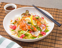 Ensalada mezclada de los pescados de Salmon Tuna Raw con la preparación japonesa Fotos de archivo libres de regalías