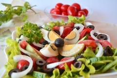 Ensalada mezclada del verano de las verduras frescas con los huevos Fotografía de archivo libre de regalías