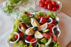Ensalada mezclada del verano de las verduras frescas con los huevos Imagen de archivo