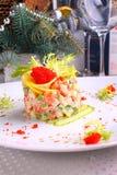 Ensalada Olivier con los salmones, el limón y el caviar Imagenes de archivo