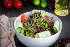 Ensalada orgánica de las verduras frescas, comida sana Foto de archivo libre de regalías