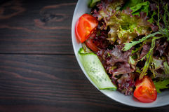 Ensalada orgánica de las verduras frescas, comida sana Imagenes de archivo