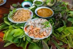 Ensalada peculiar de las hierbas en Kon Tum, Vietnam Usando las hojas para hacer un envase cónico para introducir la comida, y pa Fotografía de archivo