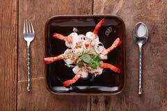 Ensalada picante con el camarón, preparado En la tabla Fotos de archivo libres de regalías