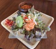 Ensalada picante de color salmón cruda del estilo tailandés con la inmersión amarga y picante estupenda Imagen de archivo