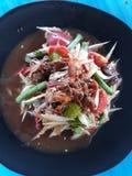 Ensalada picante de la papaya con el cangrejo del mar, crustáceos conservados en vinagre, haba larga imagen de archivo