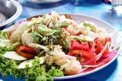 Ensalada picante de los fideos en el plato, comida tailandesa Fotografía de archivo