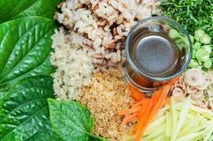 Ensalada picante del arroz con la verdura y la salsa Imágenes de archivo libres de regalías