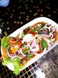 Ensalada picante tailandesa del calamar fotografía de archivo