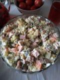Ensalada rusa de los guisantes verdes, zanahoria, patata hervida, salchicha hervida, salmueras saladas, mayonesa, bocado sabroso imagenes de archivo