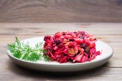 Ensalada rusa nacional - vinagreta - de verduras hervidas, de la chucrut y de los pepinos conservados en vinagre en una placa imágenes de archivo libres de regalías
