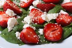 Ensalada sabrosa de fresas, de la espinaca, del queso de cabra y del sésamo Imagen de archivo libre de regalías