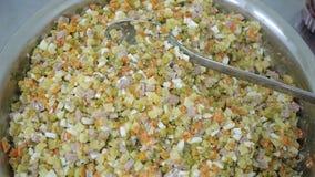 Ensalada sabrosa para un almuerzo caluroso sano de ingredientes naturales orgánicos almacen de video