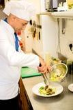 Ensalada sabrosa que adorna por el cocinero imagen de archivo libre de regalías