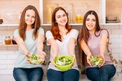 Ensalada sana de la aptitud de la comida de la dieta equilibrada de la consumición fotos de archivo
