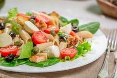 Ensalada sana de la primavera con las verduras Fotos de archivo libres de regalías