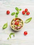 Ensalada sana de las habas de riñón con queso y tomates de cabra en fondo rústico ligero foto de archivo libre de regalías