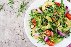 Ensalada sana de las verduras frescas - tomates, aguacate, arugula, rábano y semillas fotos de archivo