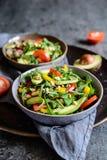 Ensalada sana del arugula con el aguacate, el rábano, el paprika, el tomate y el queso del Roquefort Imagen de archivo