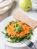 Ensalada sana del arugula rallado de la haba verde de las zanahorias Imagenes de archivo