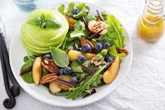 Ensalada sana fresca con verdes y la manzana Foto de archivo