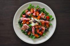 Ensalada sana y comida sana Ensalada con las cerezas, la espinaca, el jamón y las aceitunas de los tomates Dieta de la pérdida de Foto de archivo libre de regalías