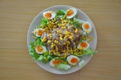 Ensalada sana y comida sana Ensalada con los huevos, el maíz, la lechuga y la cebolla Dieta de la pérdida de peso Foto de archivo libre de regalías