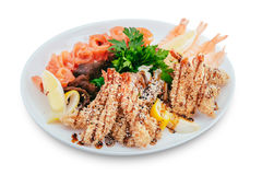 Ensalada sana y sabrosa de los mariscos con los camarones en un fondo blanco en el menú del restaurante Consumición de concepto Fotos de archivo libres de regalías