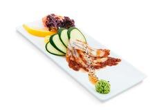 Ensalada sana y sabrosa de los mariscos en un fondo blanco en el menú del restaurante Consumición de concepto Imagen de archivo libre de regalías