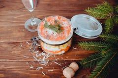 Ensalada sofisticada con champán, parmesano y la bifurcación en un fondo de madera fotos de archivo