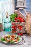 Ensalada soleada de la primavera en la cocina Imagen de archivo