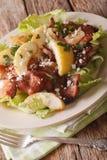 Ensalada sueca de la cocina con tocino, la cebolla, la manzana y el queso de cabra c Fotografía de archivo