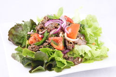 Ensalada tailandesa de la carne de vaca, carne de vaca de la parrilla con la ensalada. Foto de archivo