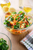 Ensalada tailandesa de los tallarines y del pepino crudos cortados de la zanahoria en salsa agridulce Imágenes de archivo libres de regalías