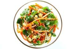 Ensalada tailandesa de los tallarines y del pepino crudos cortados de la zanahoria en salsa agridulce Aislado en la visión blanca Fotografía de archivo libre de regalías