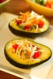 Ensalada tailandesa fresca de la papaya en un aguacate fotos de archivo