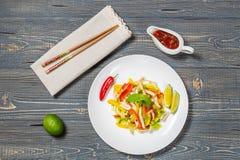 Ensalada tailandesa picante con el calamar La visión desde la tapa Copia-espacio Fotos de archivo libres de regalías