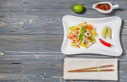 Ensalada tailandesa picante con el calamar La visión desde la tapa Copia-espacio Imagen de archivo