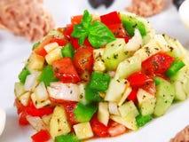 Ensalada tunecina con los tomates, los pepinos y el atún Foto de archivo