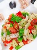 Ensalada tunecina con los tomates, los pepinos y el atún Fotos de archivo