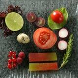 Ensalada variada con las frutas, el membrillo y los vehículos Foto de archivo