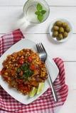 Ensalada vegetal caliente con la cal y las aceitunas Imagen de archivo