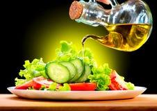 Ensalada vegetal con aceite de oliva fotografía de archivo libre de regalías