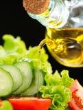 Ensalada vegetal con aceite de oliva fotos de archivo libres de regalías