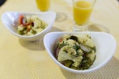 Ensalada vegetal con la coliflor en repartido imagen de archivo